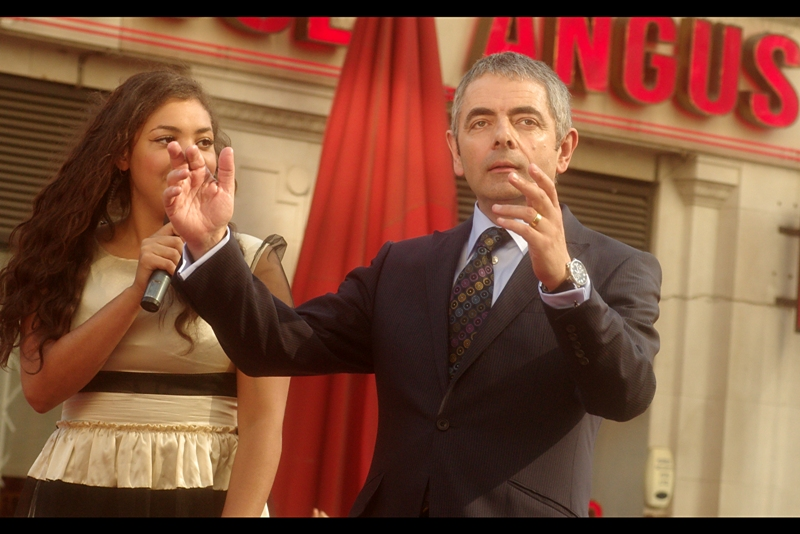Rowan Atkinson conducts himself (and others) with perfect propriety at  the premiere of Johnny English.
