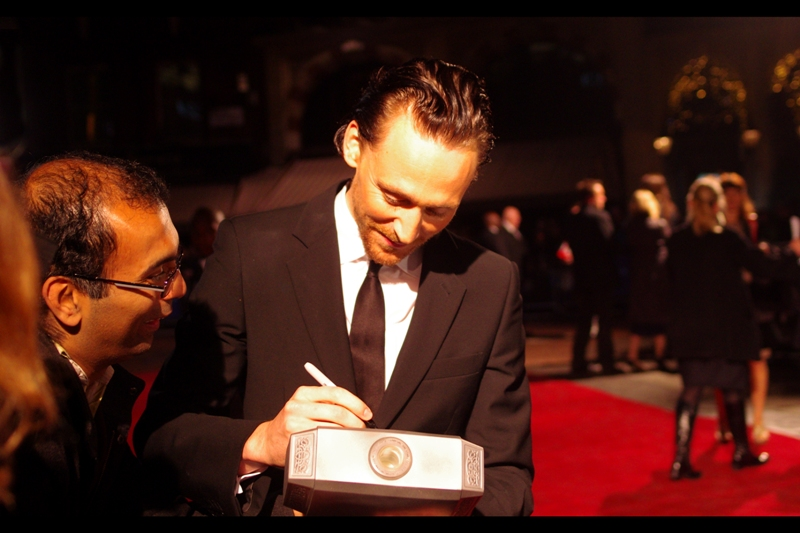 Meanwhile, back with the fans, Tom Hiddleston gets to do what Loki of Asgard never did : lift Thor's Hammer. Which is apparently made of styrofoam.