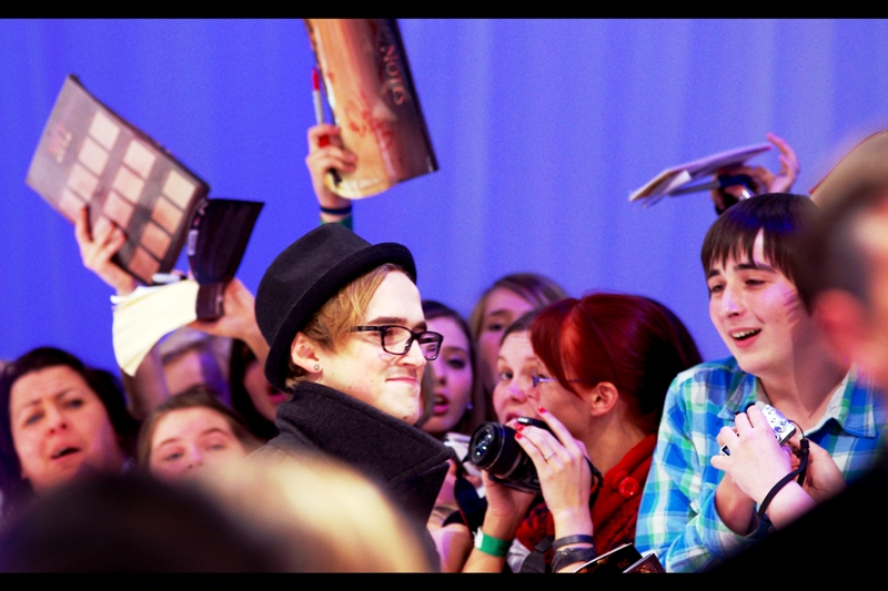 One of the pre-teen girls on my side of the barriers went absolutely b8tsh1t conniption seizure mad when this 'Tom' showed up. Turns out he's from the band McFly. Hilariously, it seems that the dude on the right isn't immune to this Tom guy's charms either!