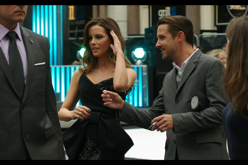 OMG - Kate Beckinsale - unobstructed!! I recognise her despite her not wearing a black leather catsuit and not holding a submachine gun in each hand. She's even wearing a DRESS!