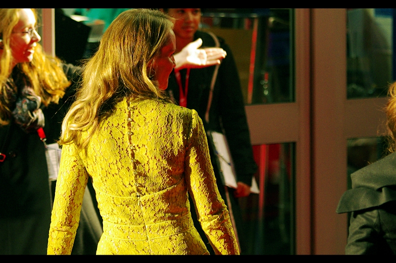 Helen Hunt's yellow dress is lacy, and in an emergency can be used to signal for rescue craft if you're waiting for emergency crews to arrive.
