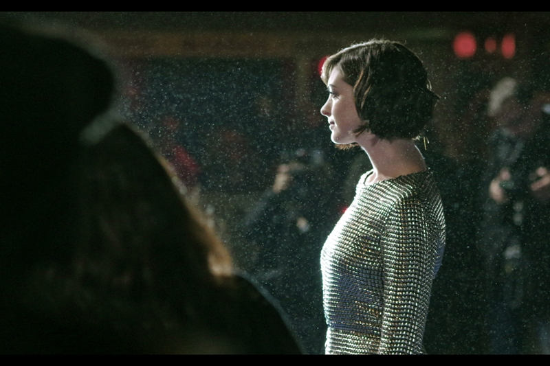 Anne Hathaway seems to be wearing chainmail to protect herself from rampant autograph dealers, some of whom have infested the area near where I'm standing (and/or being leaned upon and crushed). She brings the number of arrivals who have either won or been nominated for an Oscar to 3 out of 4