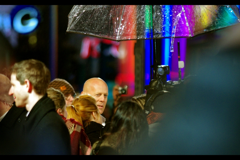 Bruce Willis has arrived, late but triumphant, to his own premiere. For the first two hundred frames, this was as about as good as I got. But that's great news for his ear surgeon if he ever needs to reconstruct the right one - I've got tons of shots of it!