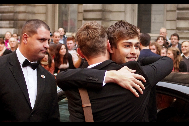 There's some manly hugging going on, and I don't know why : they haven't even given out any awards yet! (the security guy's expression says it nicely)