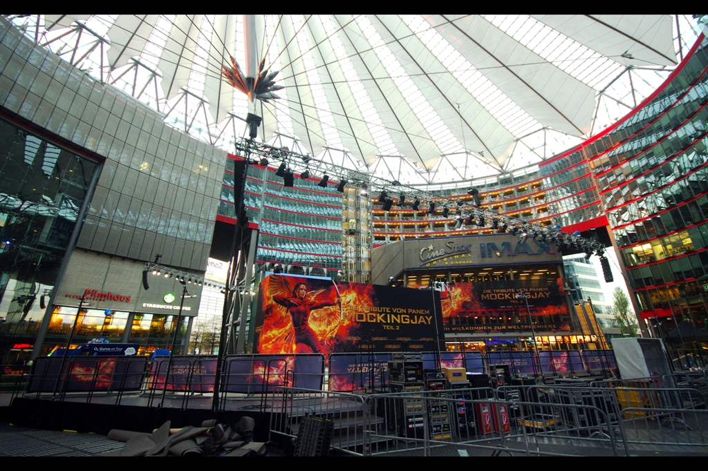 Berlin hosts its premieres at the Sony Center in Potsdamer Platz. I also checked around : the restaurants overlooking premieres tend to be booked solid within 1-2 weeks of large premieres being announced. They're clever, these Germans...