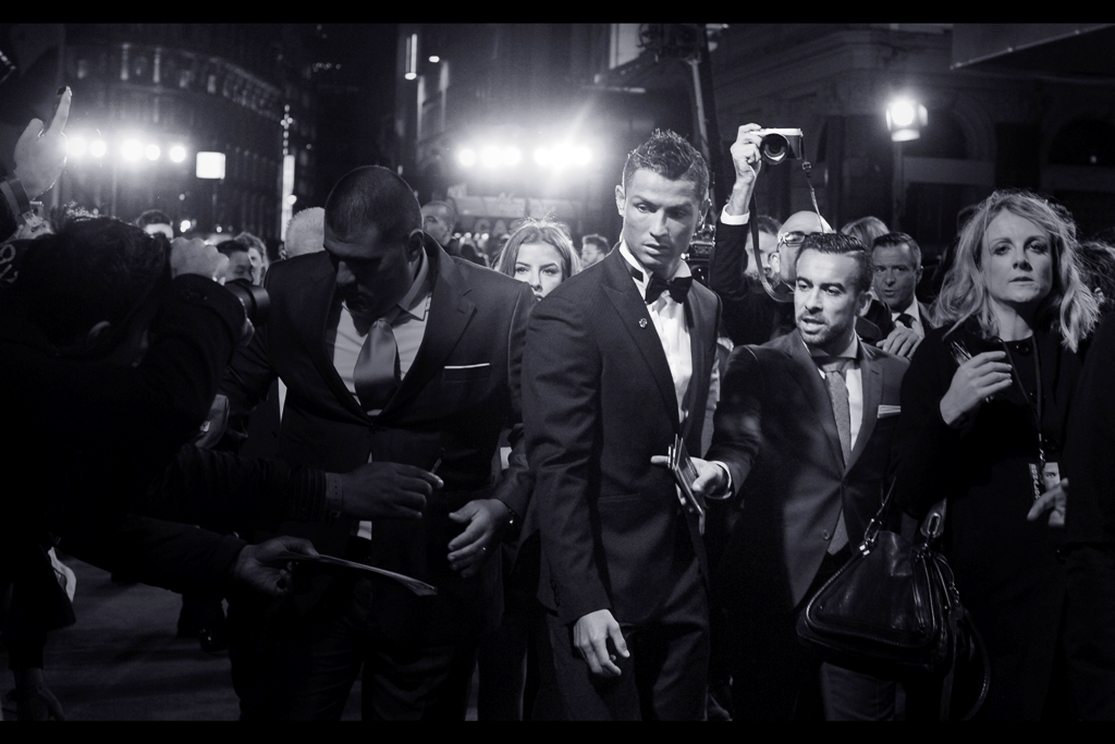 Get ready, because Cristiano Ronaldo has done a few more interviews, then decided to head towards our pen and sign. Meanwhile, I'm having more intimate contact with people (many of them female) than I've had for weeks, because they really want things signed. .... and I really hope that's all they want.