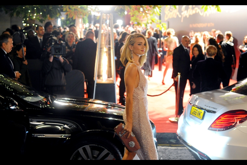 Meanwhile, the future ex-Mrs Talasch, ie. Rosie Huntington-Whitely(-Talasch) has arrived, and Jason Statham is not her accessory tonight, but a pink (salmon?) purse (clutch? handbag? pincushion?) is. I last photographed / made eye-contact / created a deep and lasting emotional connection with her at  the premiere of 'Hummingbird' in 2013.