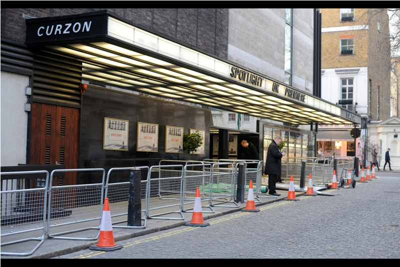 This premiere is not being held in the glitz and glamour of Leicester Square tonight... it's in a disregarded laneway at the Curzon Mayfair, and ominously it seems they are electing not to close the road for this one, meaning I could be shooting through stalled traffic and large white vans from across the road when the stars arrive. Ouch.