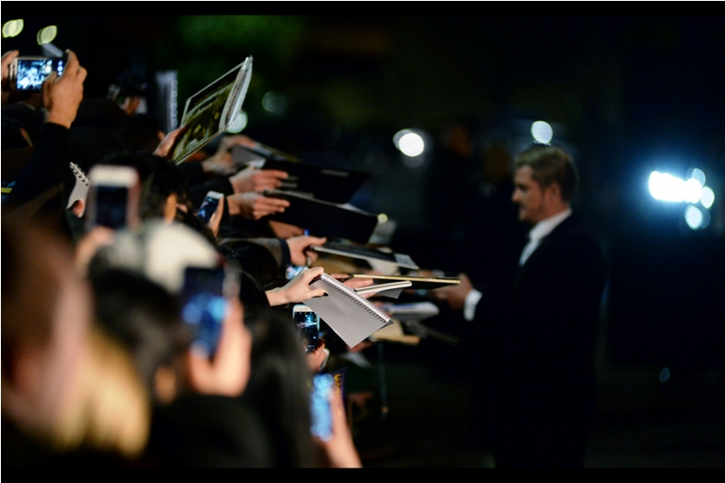 But wait, what light through yonder dealer pen is causing mass hysteria? It is blonde-haired, and Orlando Bloom is not wearing a tie.
