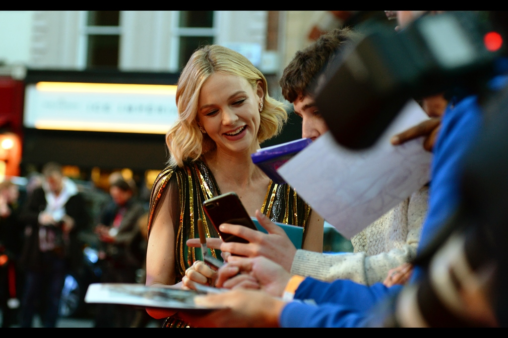 October 5th : Carey Mulligan is pretty and pleasantly cheerful to fans, autograph hunters, and people who want to photograph her for weird websites with uncertain aims... .like this one! At the    'Mudbound'    premiere.