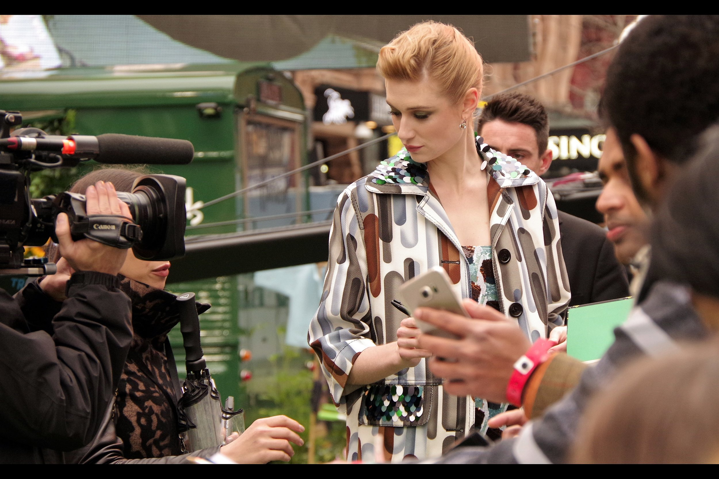 """""""But that's MY pen"""". """"Yeah, well I'm famous""""  Finally, after being hidden behind crowds and red (green) carpet mingling ticket-holders, I've photographed Australia's Own Elizabeth Debicki!"""