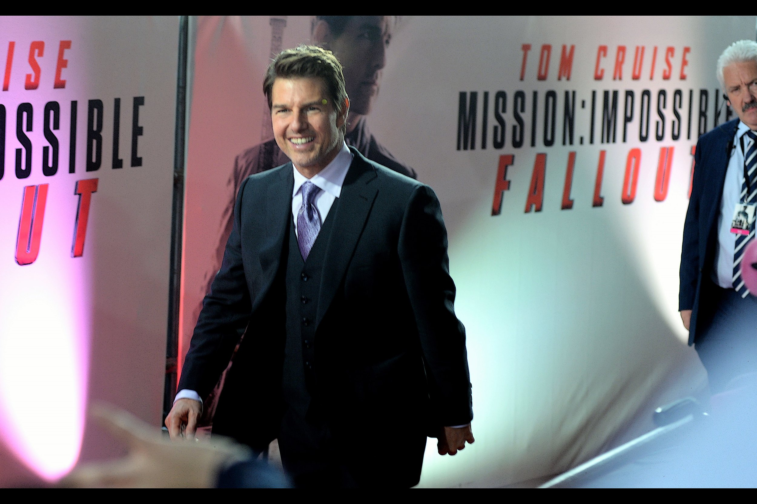 After pausing briefly for another interview, Tom Cruise RETURNS to do more signing!
