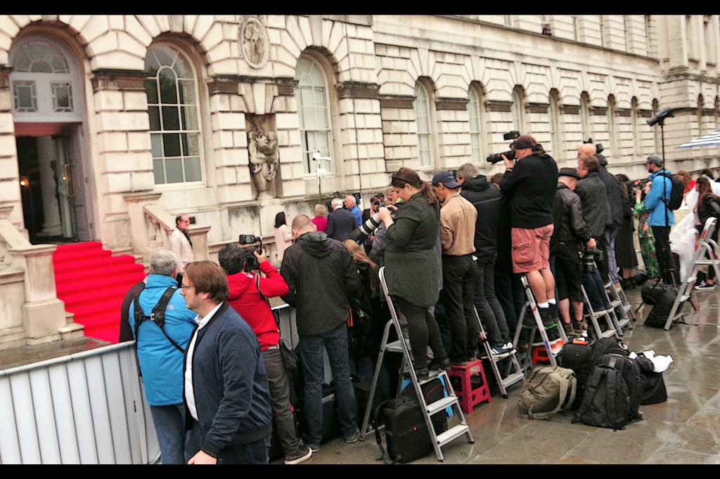 For this premiere, the back entrance of Somerset House was surrounded by barriers on three sides : two occupied by interview media, and the one facing the stairs occupied by paparazzi. That left us few, proud and geeky about 2 metres behind the paparazi. Damnit.