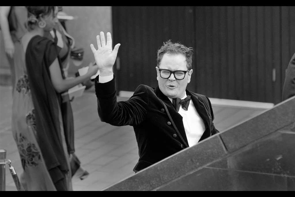 Only Alan Carr looks exactly like Alan Carr when he waves like Alan Carr. It's uncanny!