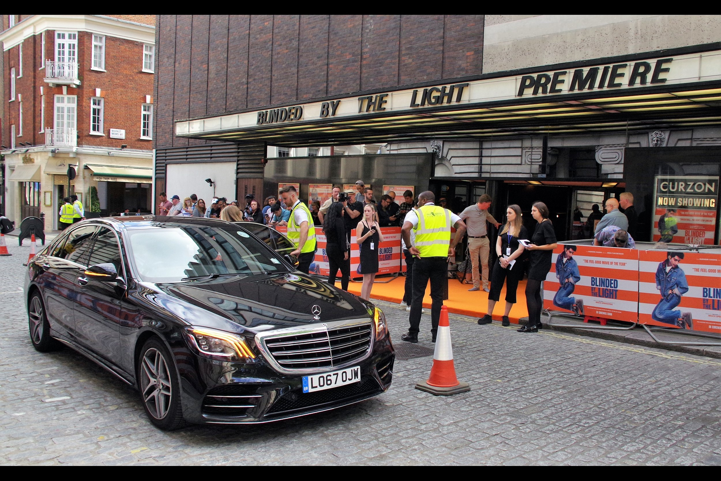 One very exciting (?) element of Curzon Mayfair premieres is that when they fail to shut down the road, you have the opportunity (?) of shooting through and around cars, vans, taxis and even the odd truck. But only once the premiere starts… before that it's usually easy enough.