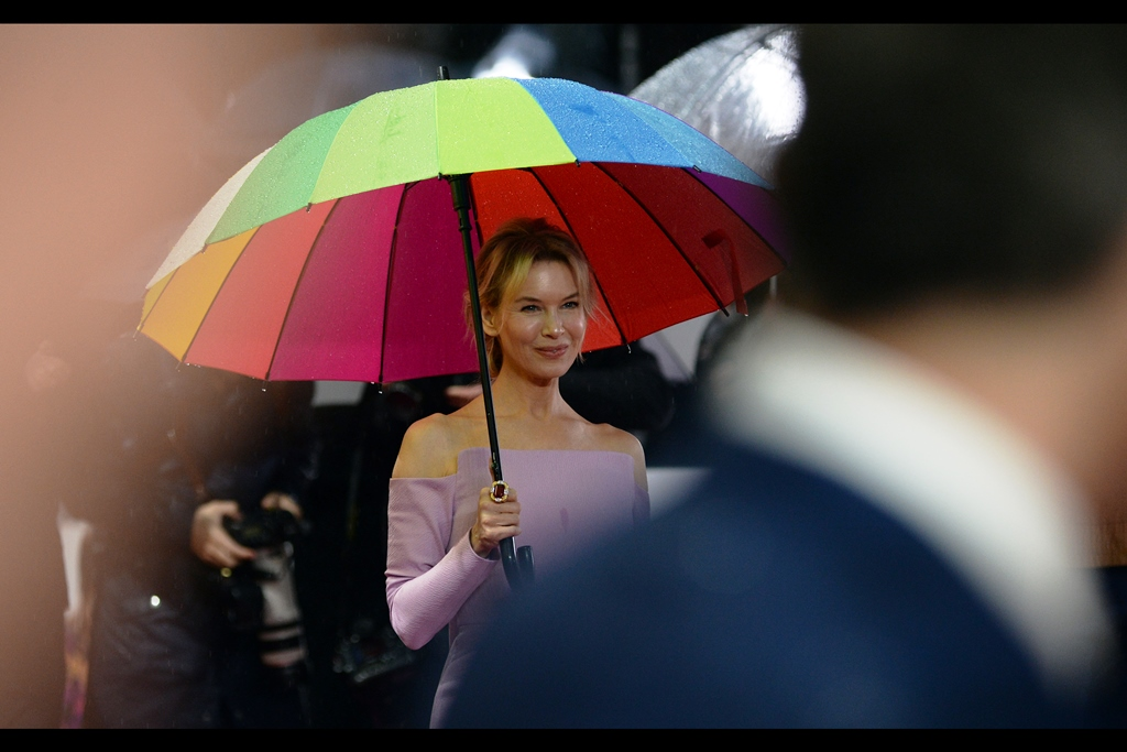 Rain! Pink(ish) Carpet! And for the first time in 500+ premieres : Renee Zellweger! (   for the 'Judy' Premiere   ).