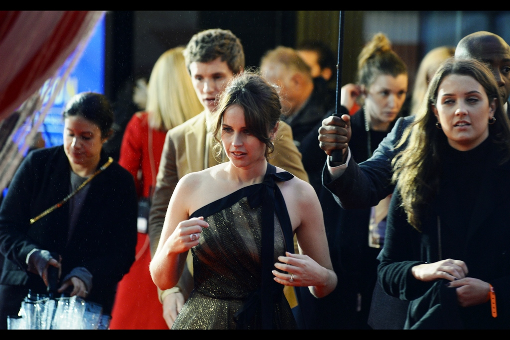 Sadly Felicity Jones is not heading to our pen to sign autographs, rather she has posing duties for a whole slew of VIP photographers who have chivalrously placed themselves in a dry spot under the Odeon's entry overhang.