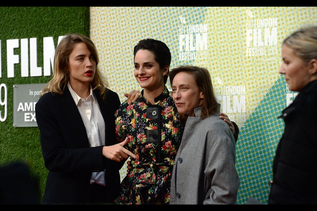 """""""You're quite good looking - you wanna join us in posing?""""  - apparently this premiere had three other guest attendees, also all women, but I didn't photograph them."""