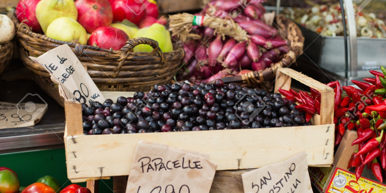 32342511-fruit-and-vegetable-in-open-air-market-in-Italy-Stock-Photo.jpg