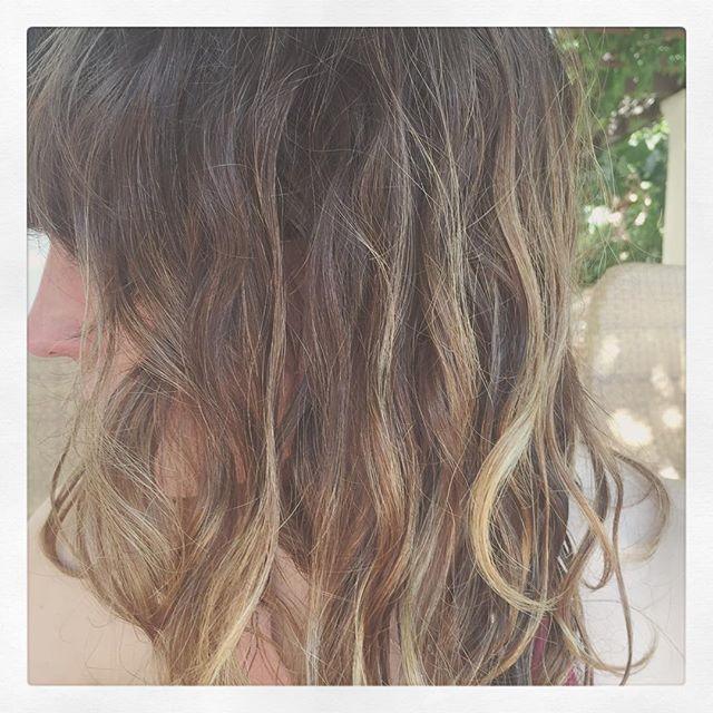 Six months after a haircut and balayage by @pakpaklife and @megcosttorelli #beachhair #naturalwaves #sunnysideof26 #hairninja #balayage