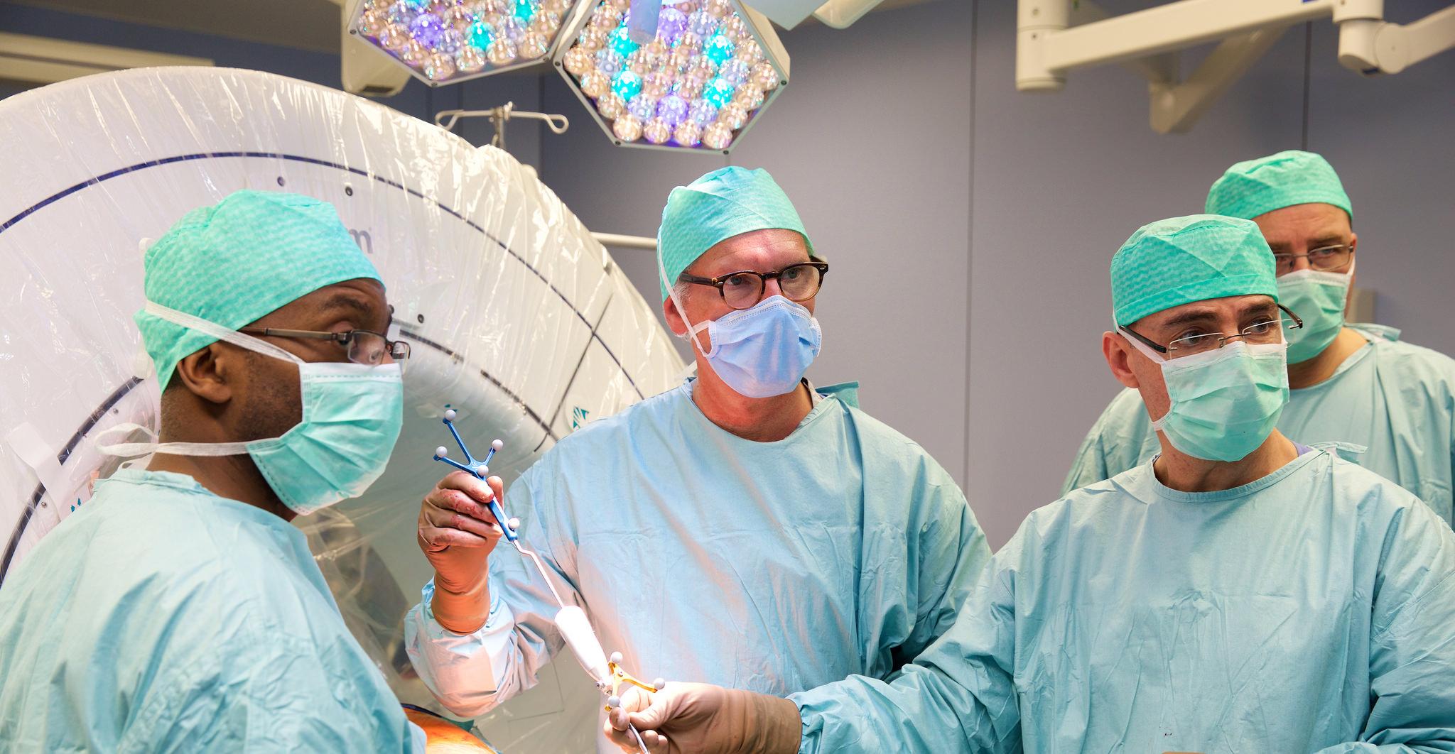 Le  Dr Jerry Kieffer  (au centre), médecin spécialiste en chirurgie pédiatrique et son équipe.