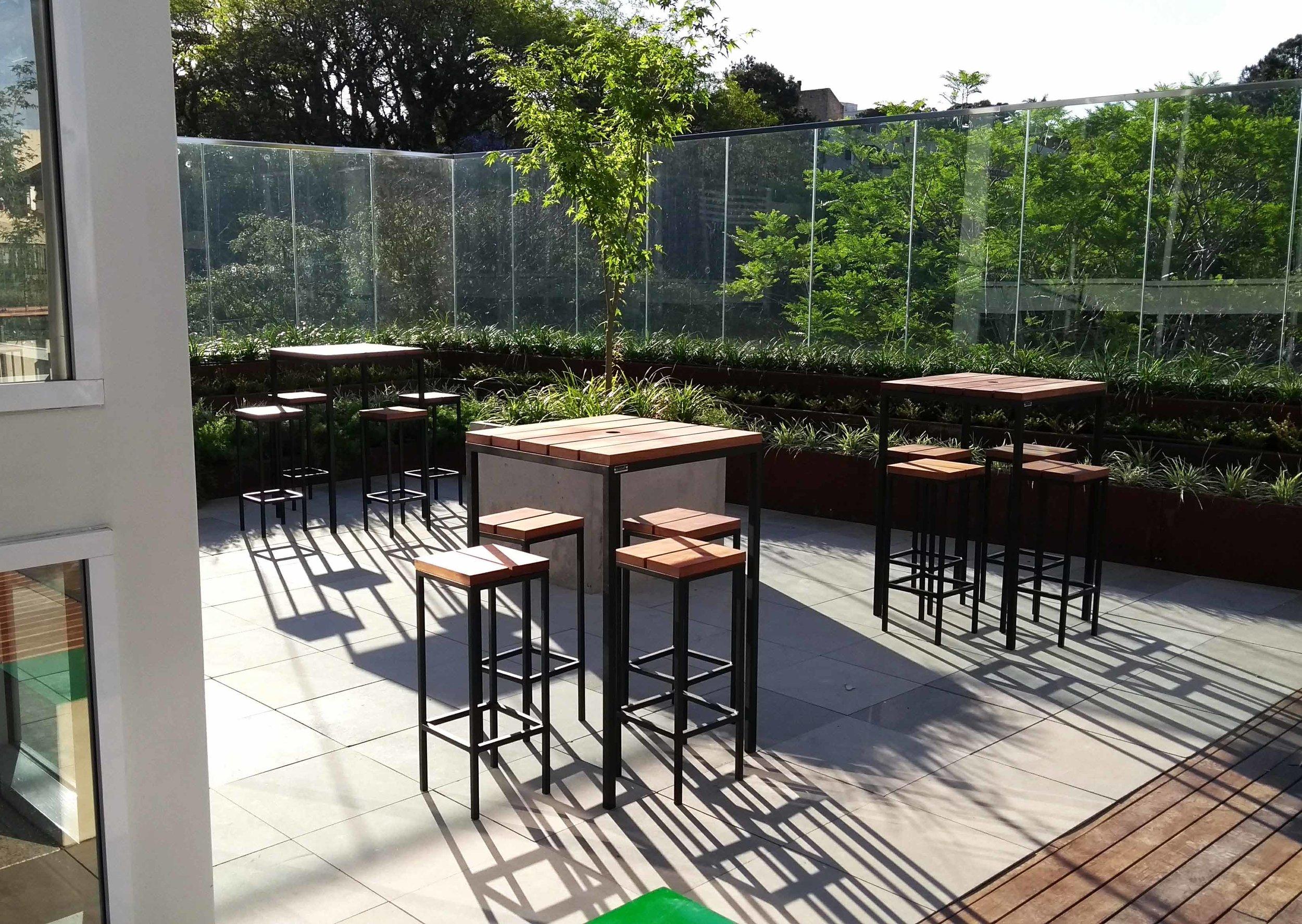 Mesas grid alta quadrada em bar na faculdade Unisinos São Leopoldo/RS