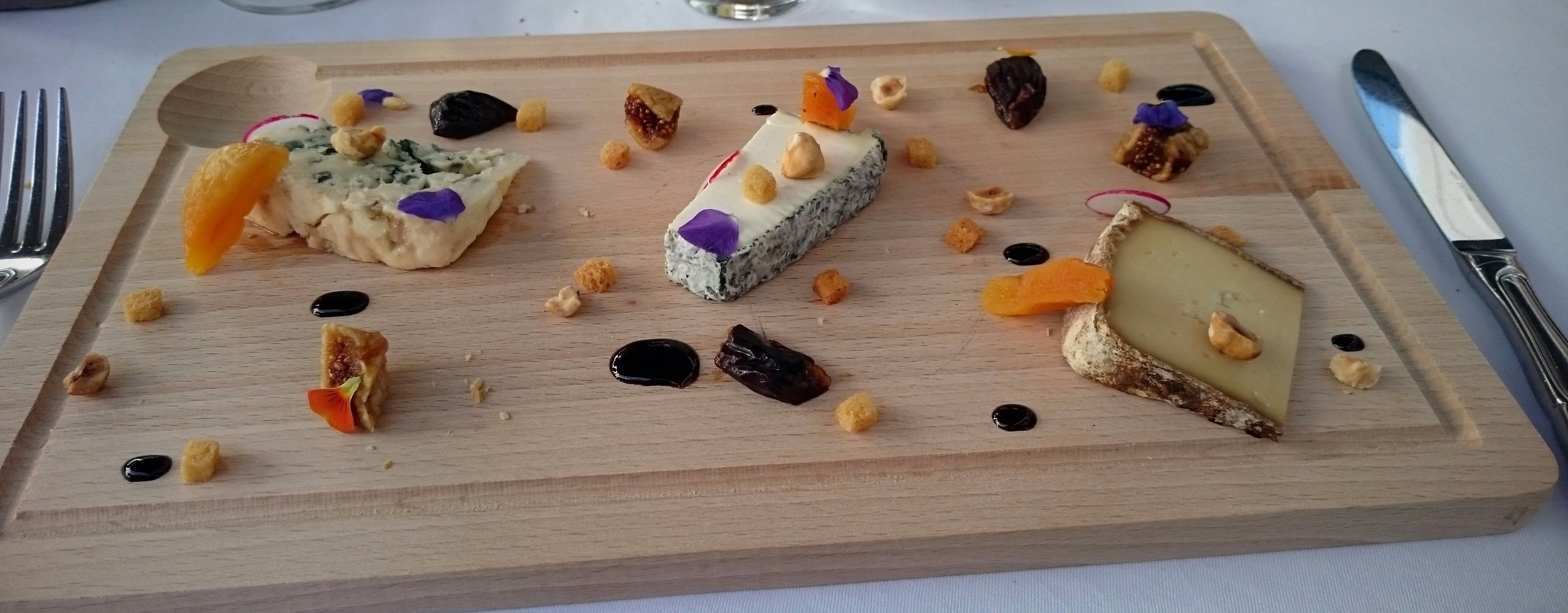The cheese plate at L'Auberge du Jeu de Paume (from left to right) /L'assiette de fromages à l'Auberge du Jeu de Paume : Roquefort , Pouligny-Saint-Pierre , tomme de Napoléon.