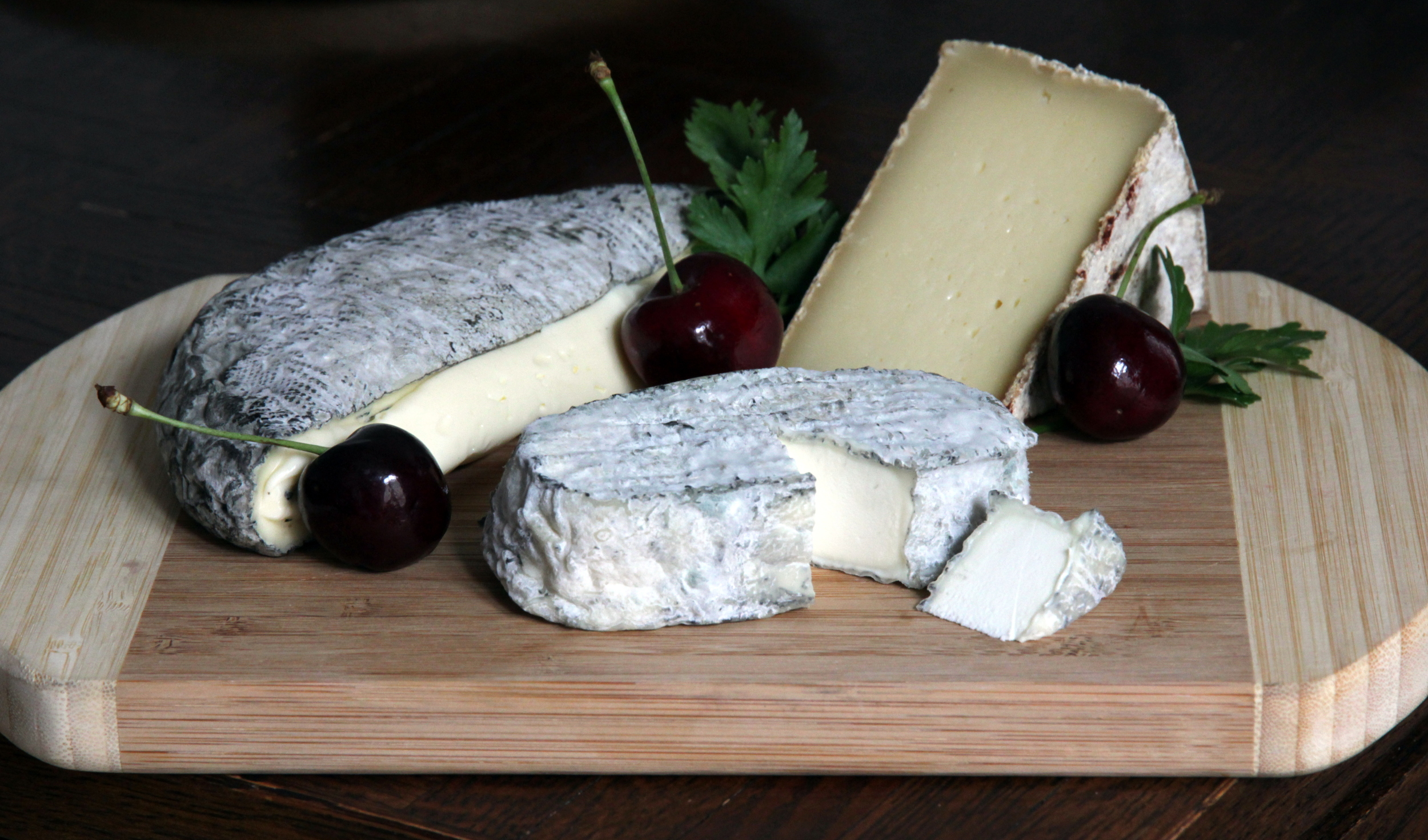 Les fromages de chez Luna : le Montbriac/Rochebaron à gauche, le chèvre fermier au milieu/avant, et le Chevrotin à droite.