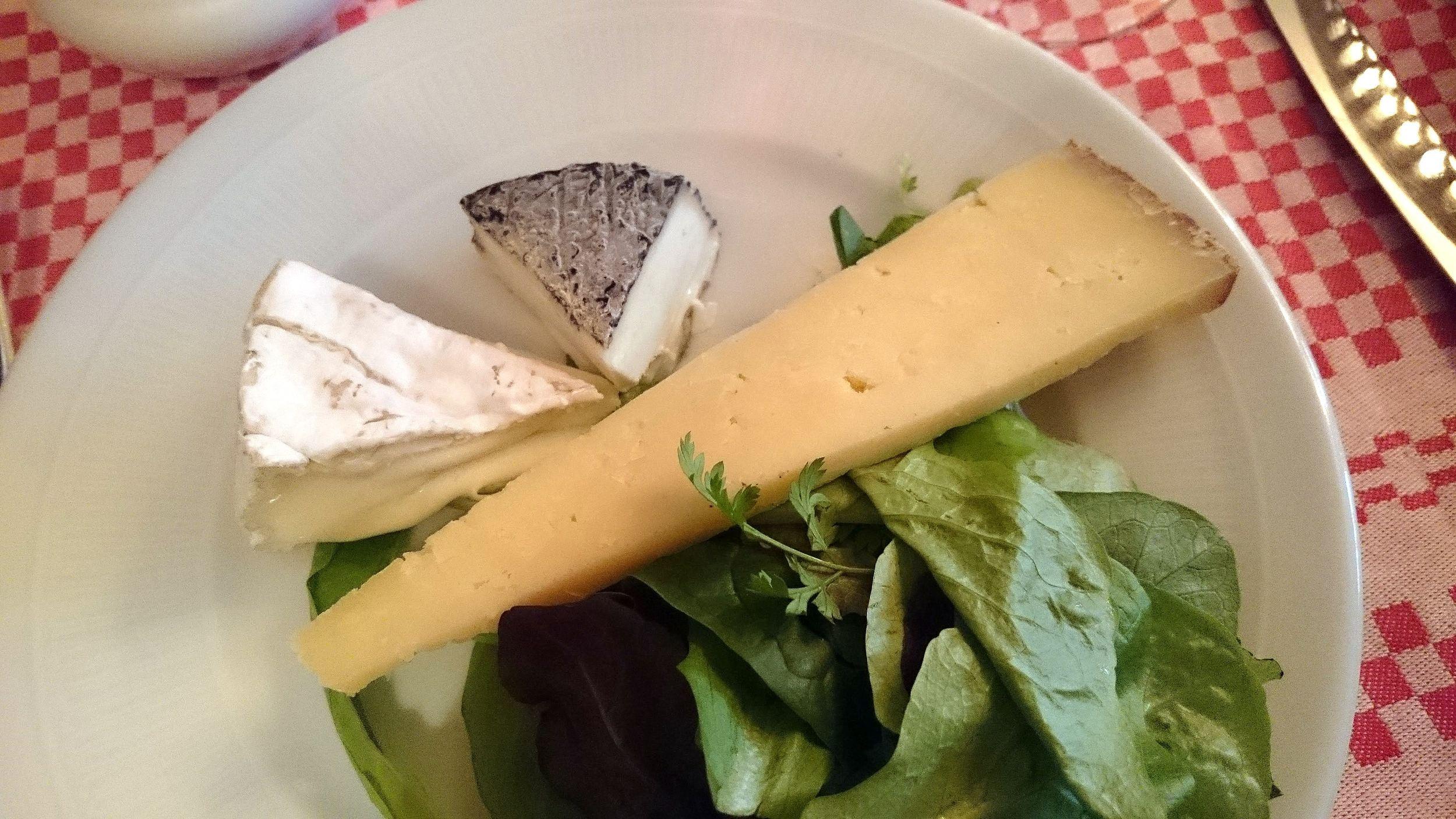 L'assiette de la Fontaine de Mars : un camembert, chèvre cendré, et triangle de Salers