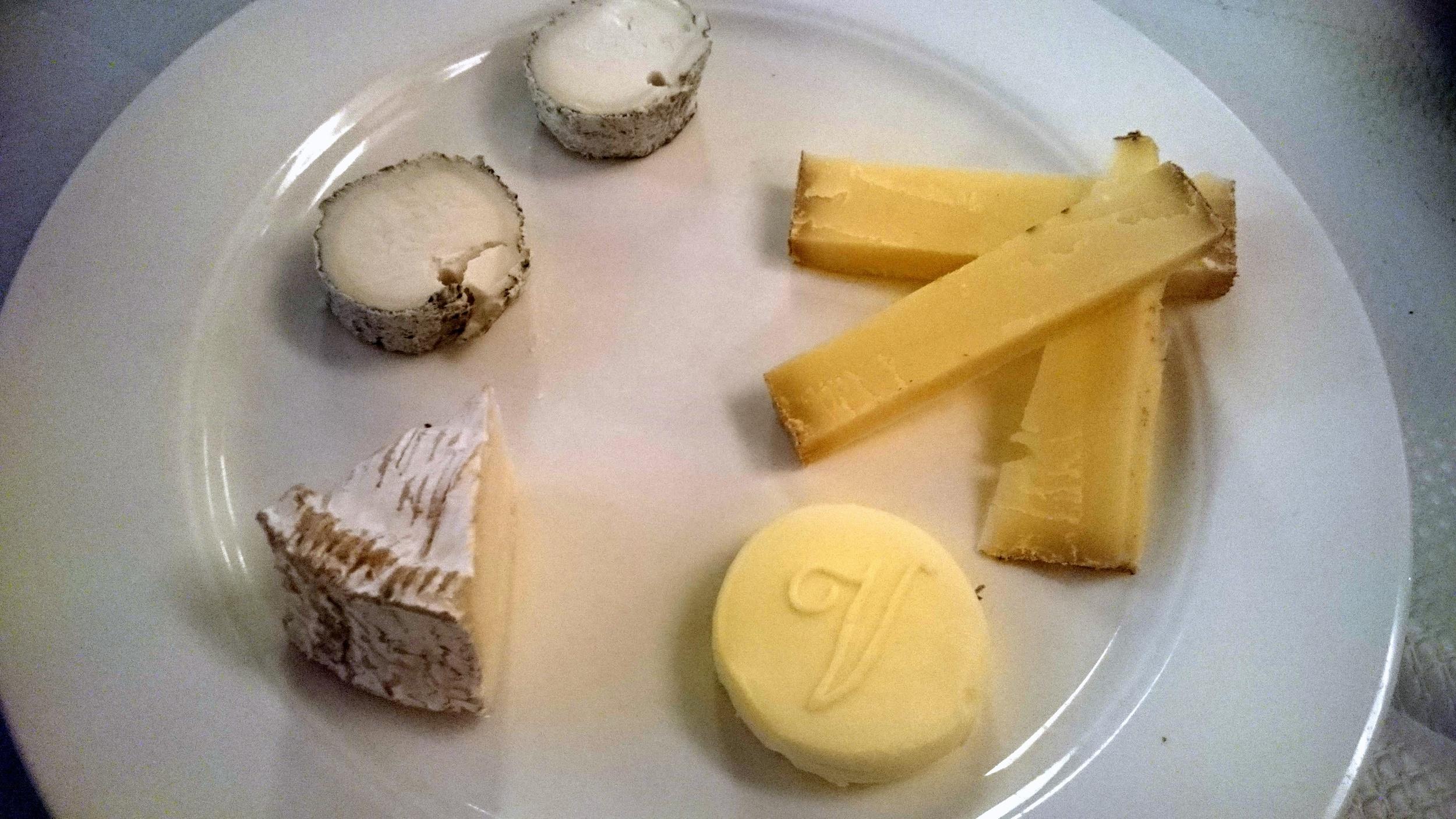 Camembert (vache lait cru, bas gauche), Sainte-Maure de Touraine (chèvre, haut gauche), Comté (vache, haut droite)
