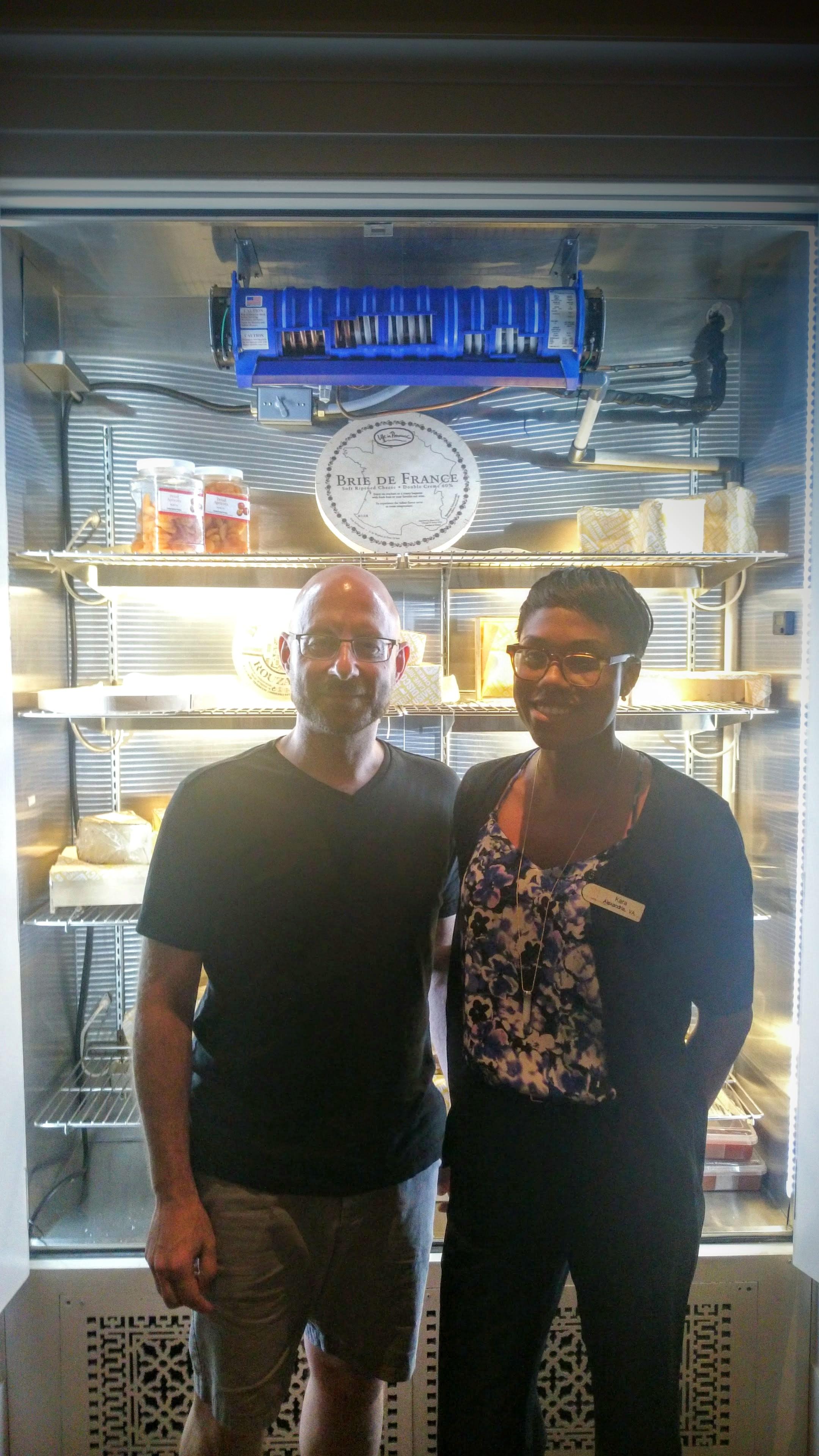 Le frigo, Kara (la maîtresse des fromages), et moi-même !