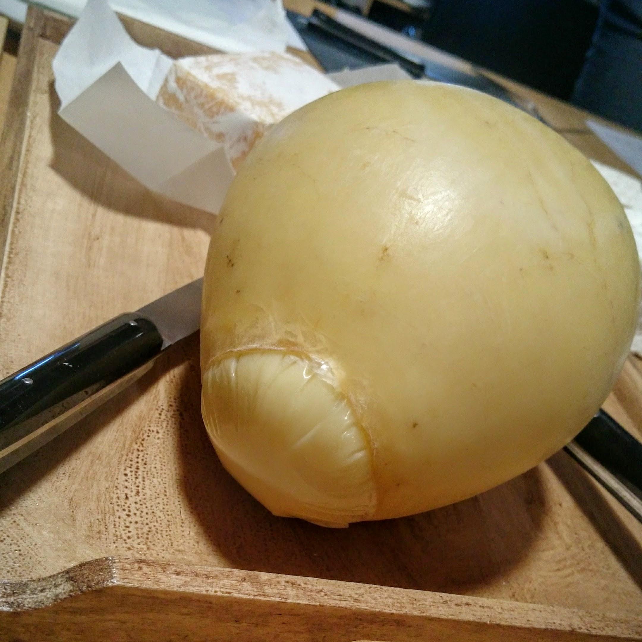 Fromage roumain d'Alex dans une vessie de porc, son goût comme un fromage Salers bien fermenté