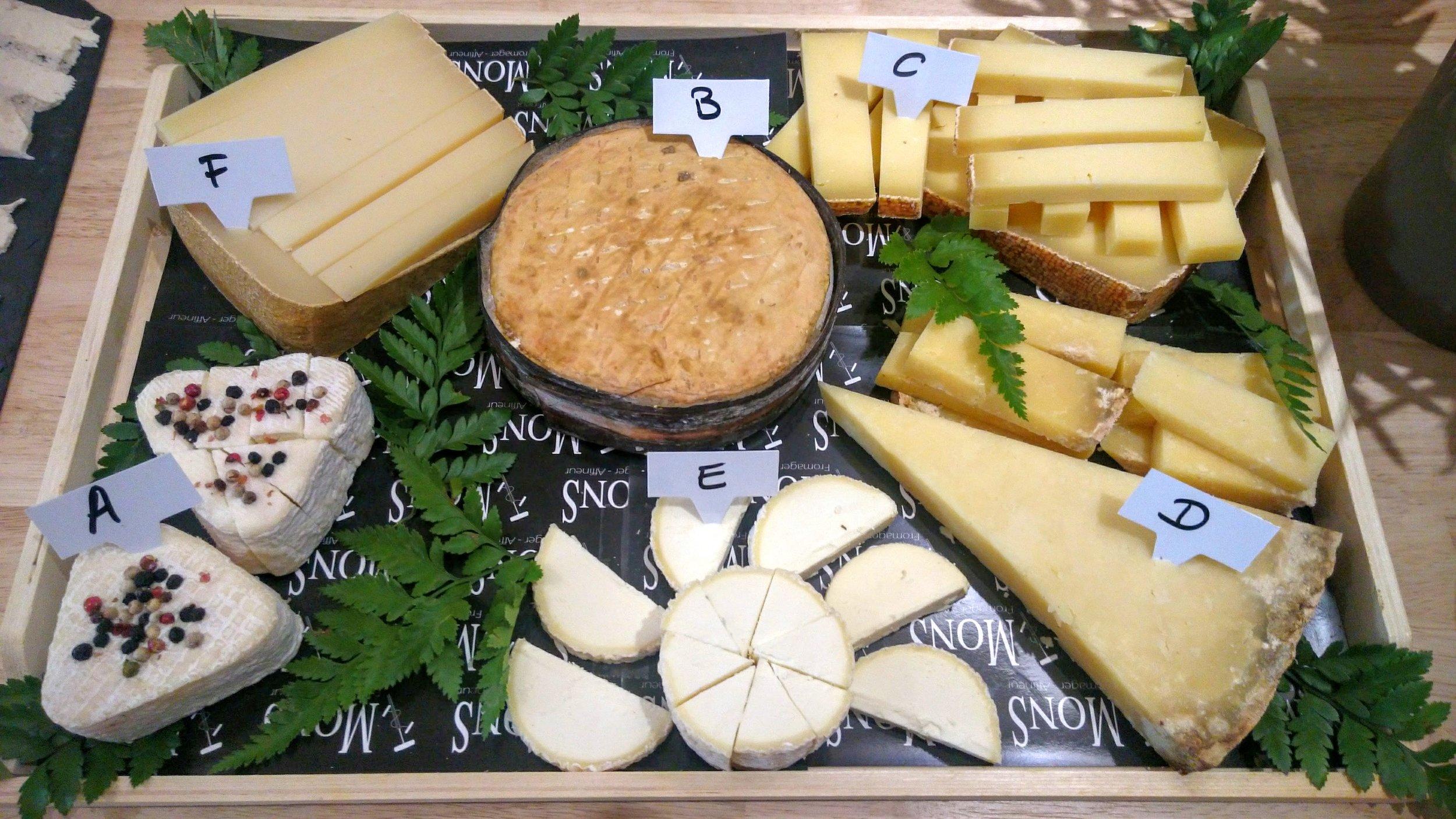Dernière dégustation : A (Corns de diable, fromage de chèvre), B (Vacherin d'Arèches), C (Etivaz, fromage suisse d'alpage), D (Salers), E (St Haônnais, fromage de chèvre et vache 50/50 création Mons), F (Ossau-Iraty)