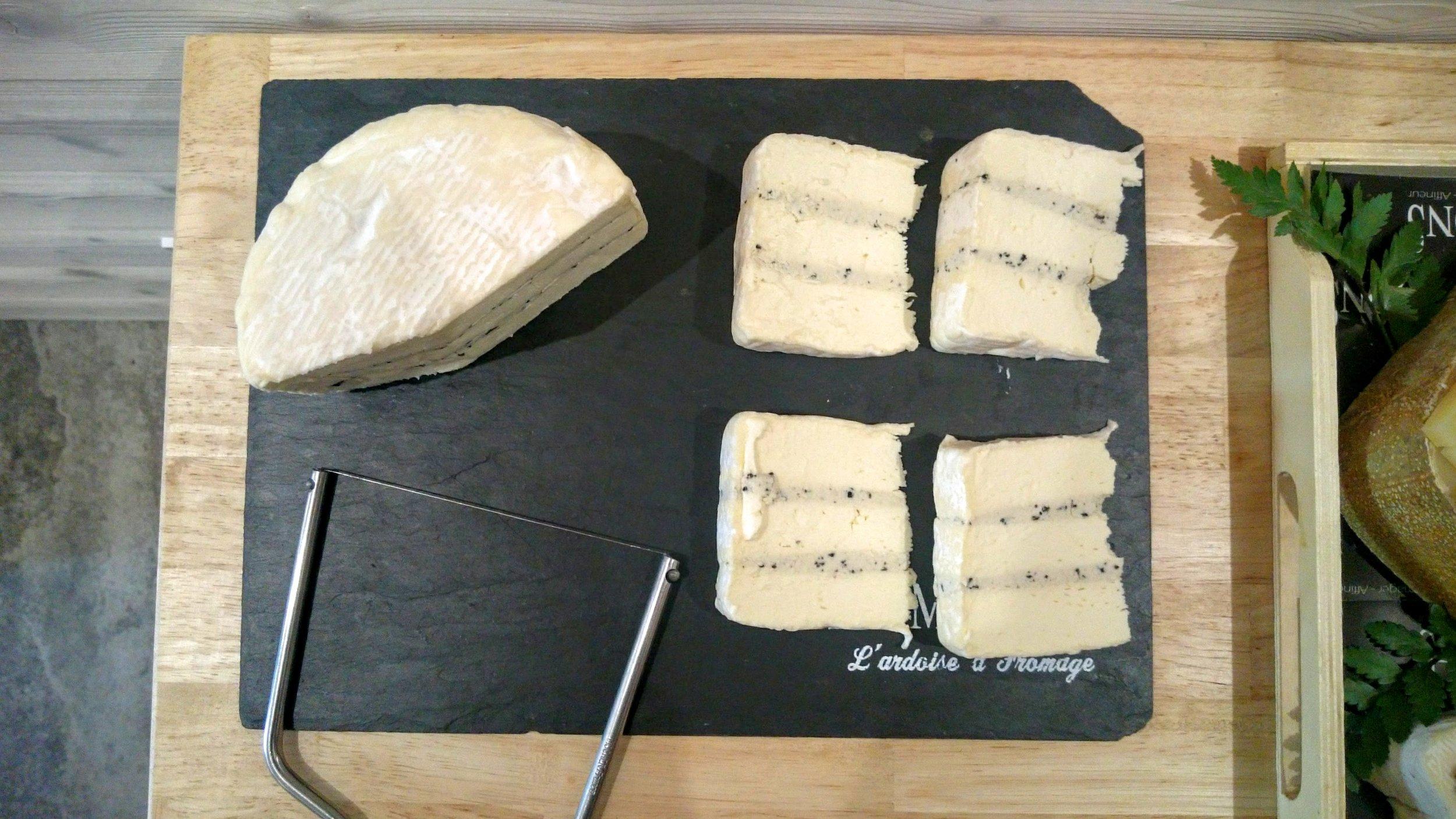Le gourmand : un Brillat-Savarin (triple-crème) avec une crème de truffes !