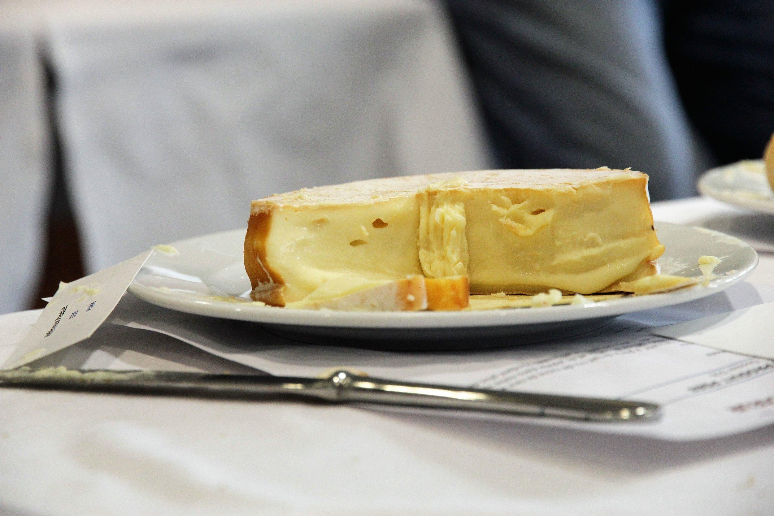 Le même fromage, après dégustation. Moins beau. :-)