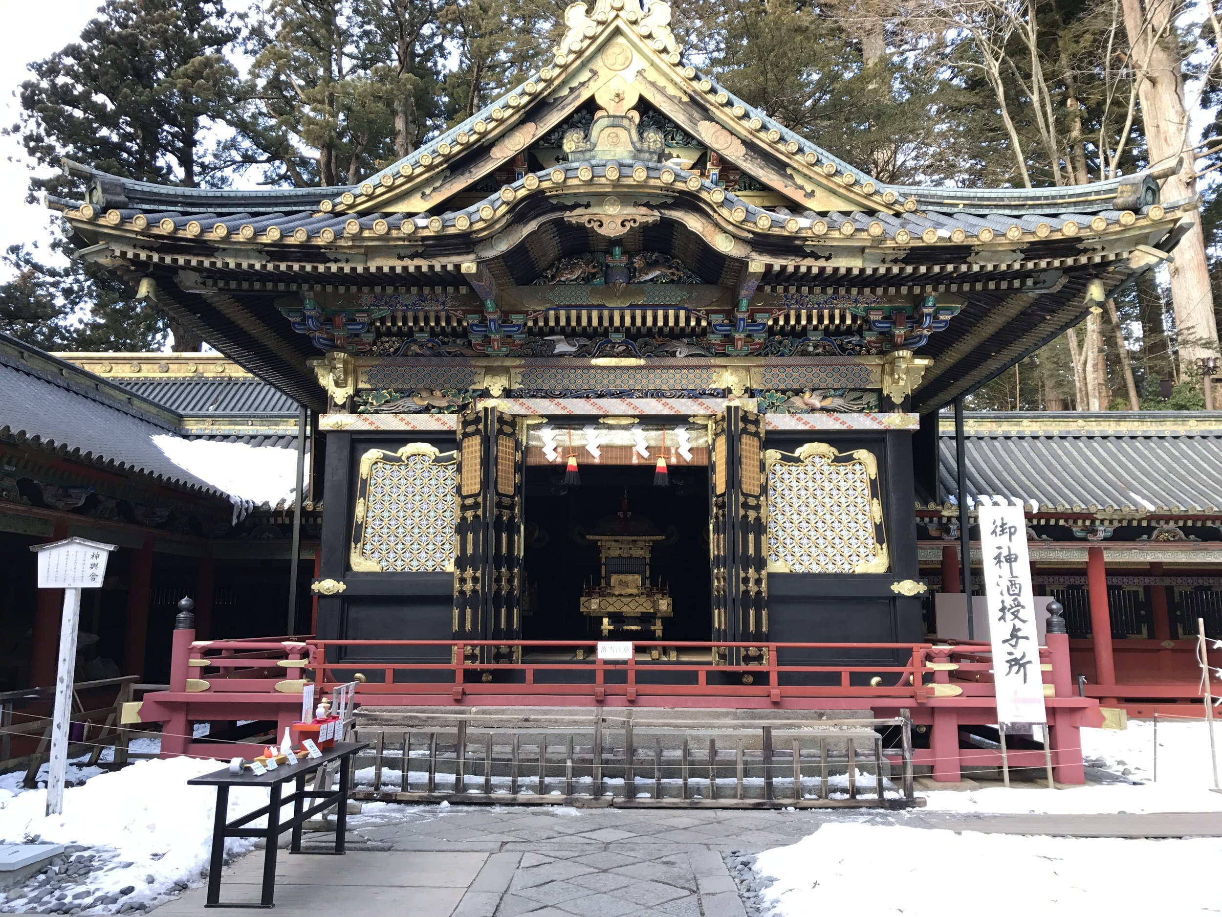 Outside the gate to the inner shrine: ceremony under way