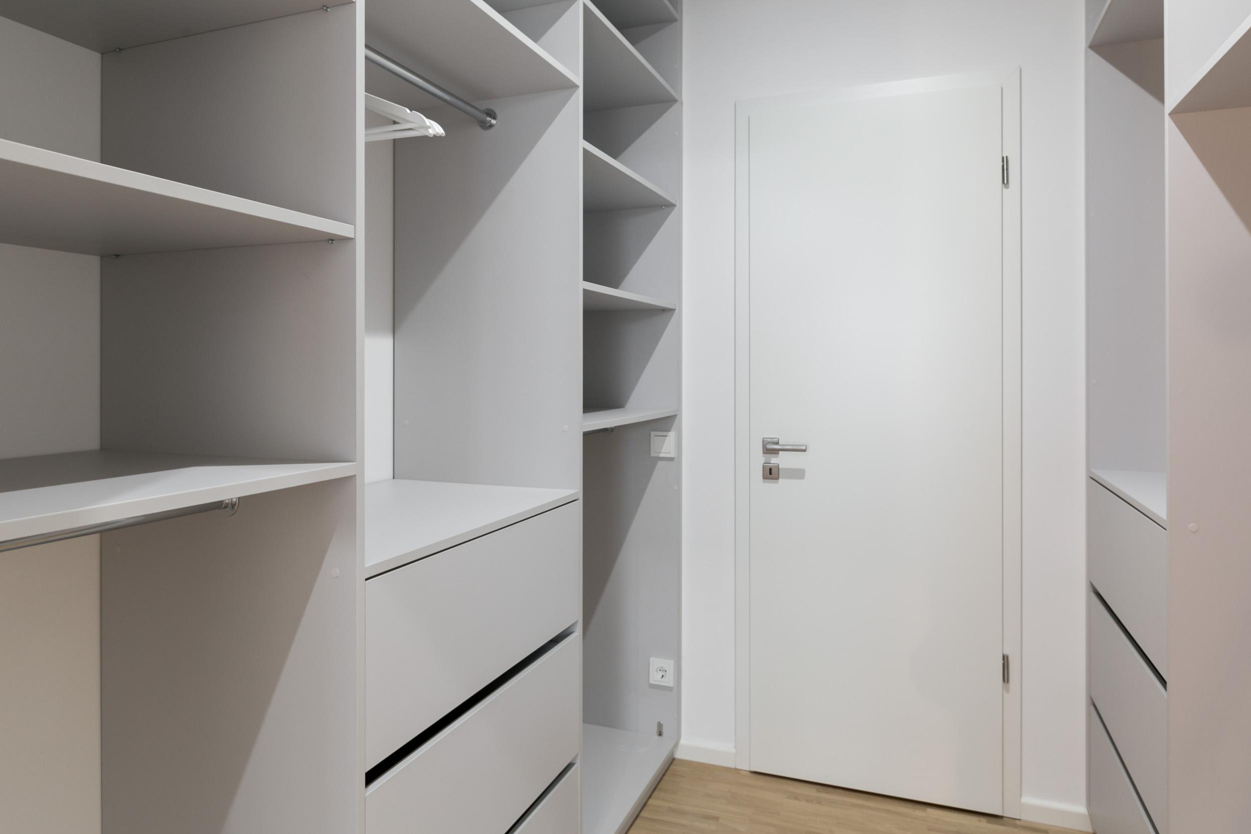 re-vamp+möbliertes+Mikropapartment+WE+153+begehbarer+Kleiderschrank.jpg
