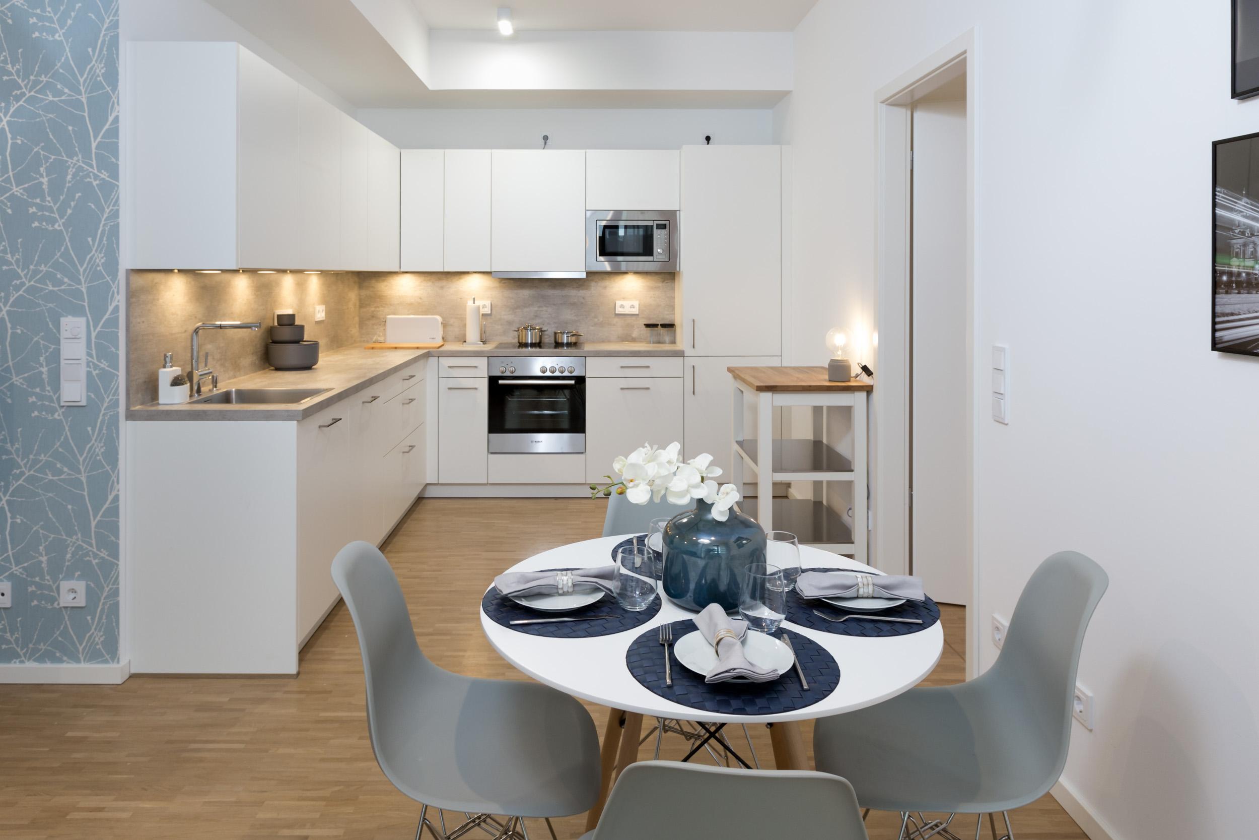 re-vamp+möbliertes+Mikropapartment+WE+217+Küche_Wohnzimmer.jpg