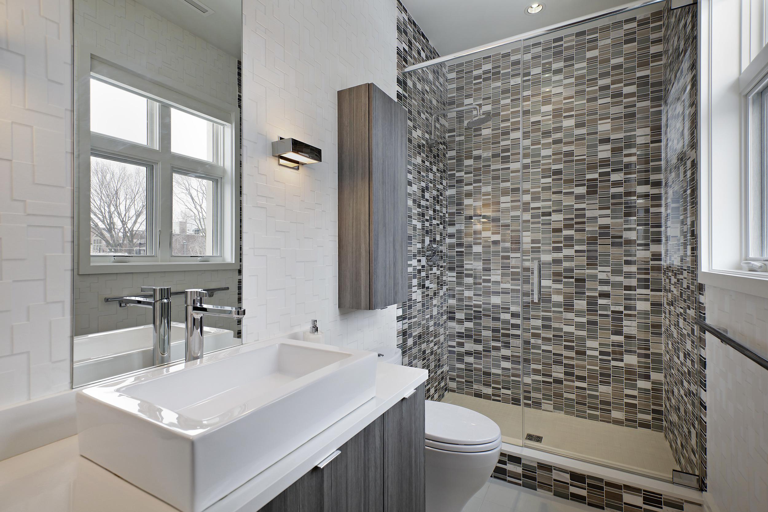 bathroom1_2715nlakewood.jpg