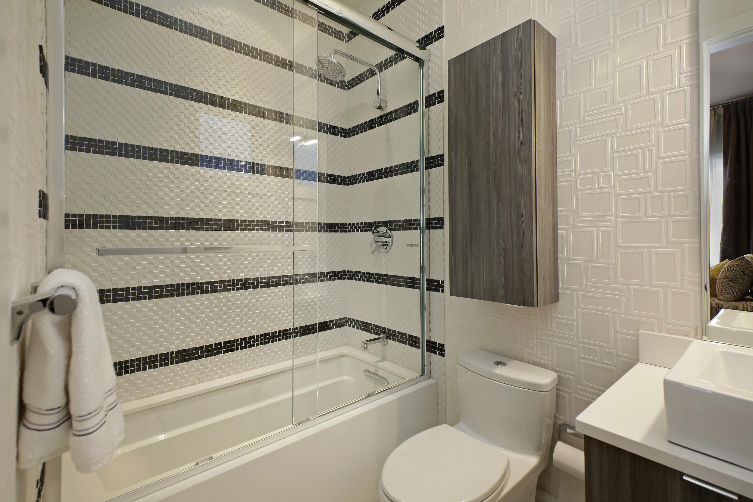 bathroom2_2715nlakewood.jpg