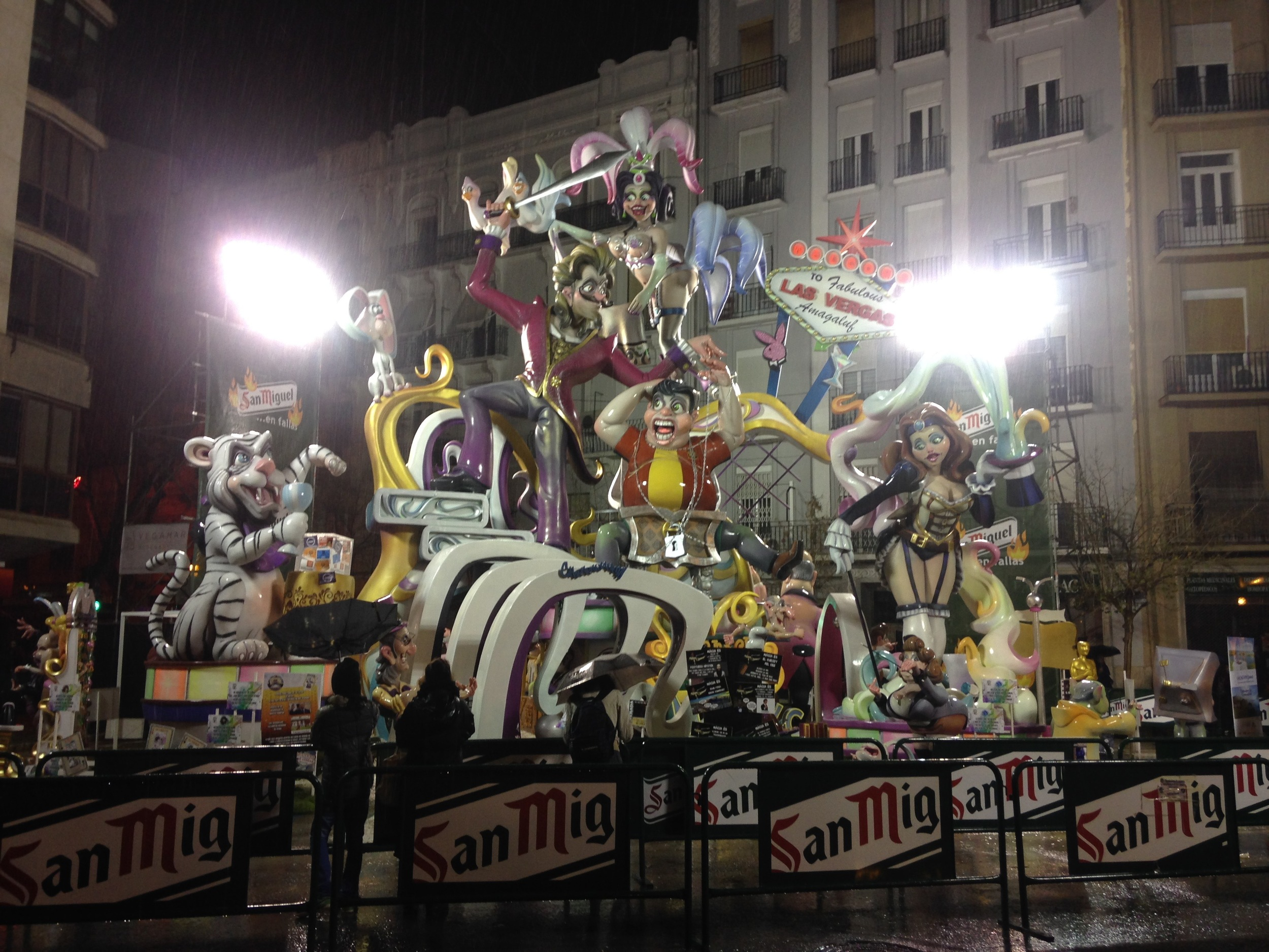 One example of a falla. Do you see how HUGE this thing is? This is no elementary school art project, people! Imagine men pouring gasoline on it and then watching it go up in flames when they light the matches. Also note how close to the apartment buildings that falla is.
