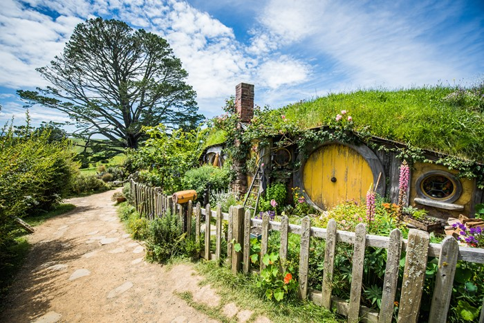 Middle Earth - Gain a first-hand insight into filming and the way things looked when shooting was in full swing and get up close with over 17 hobbit holes from the film including Bag End, Samwise Gamtree's house and more.