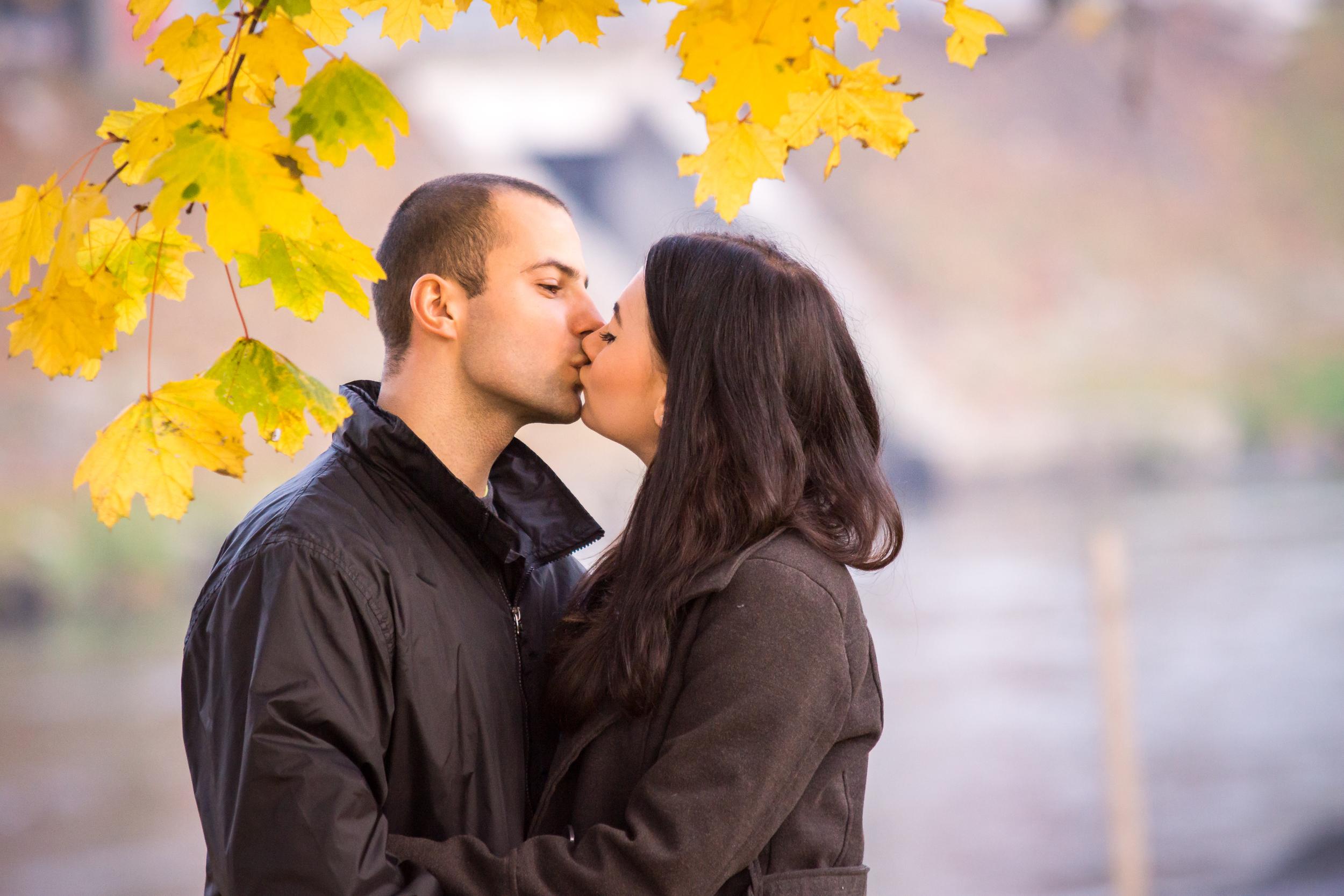 Pocałunek w parku - fotograf Marcin Górski