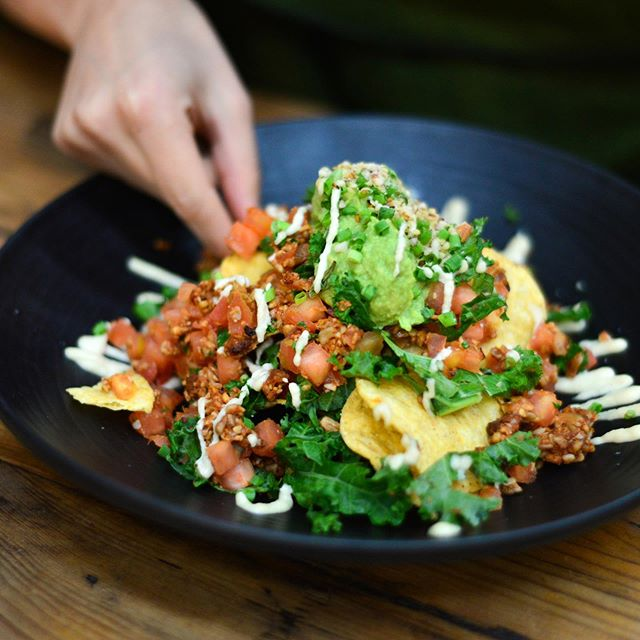 NUTRIENT-RICH VEGAN NACHOS | organic corn chips, walnut & lupin tempeh 'refried beans', salsa, kale, guacamole, cashew sour 'cream', toasted hemp seeds and chives 🌿 100% vegan & gluten free, just natural, whole food ingredients made into this delicious plate of flavours!