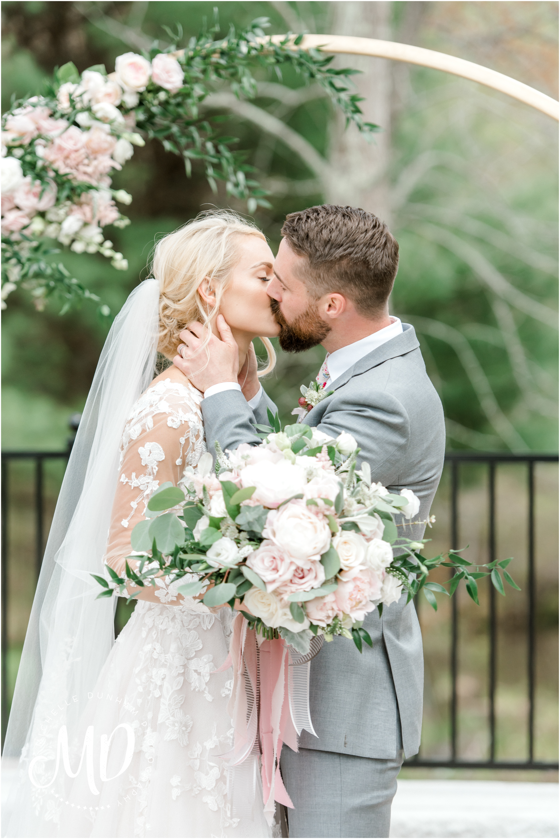 briar_barn_wedding_first_kiss_michelle_dunham_photography.jpg