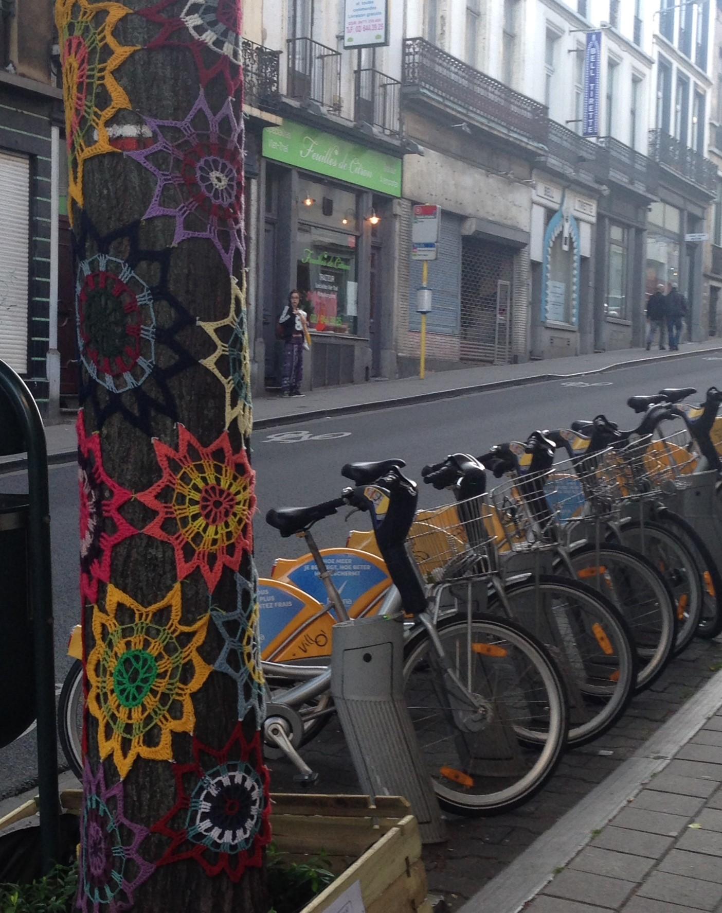 Ch d'Ixelles yarn bomb flowers with bikes.JPG