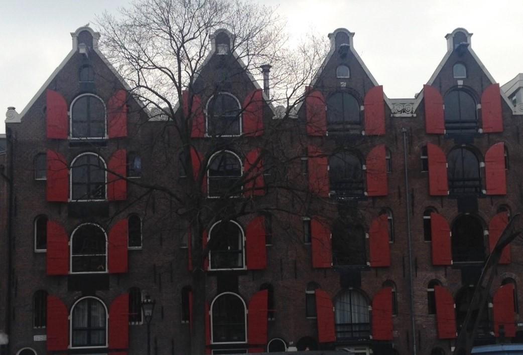1 Amsterdam building with windows.JPG