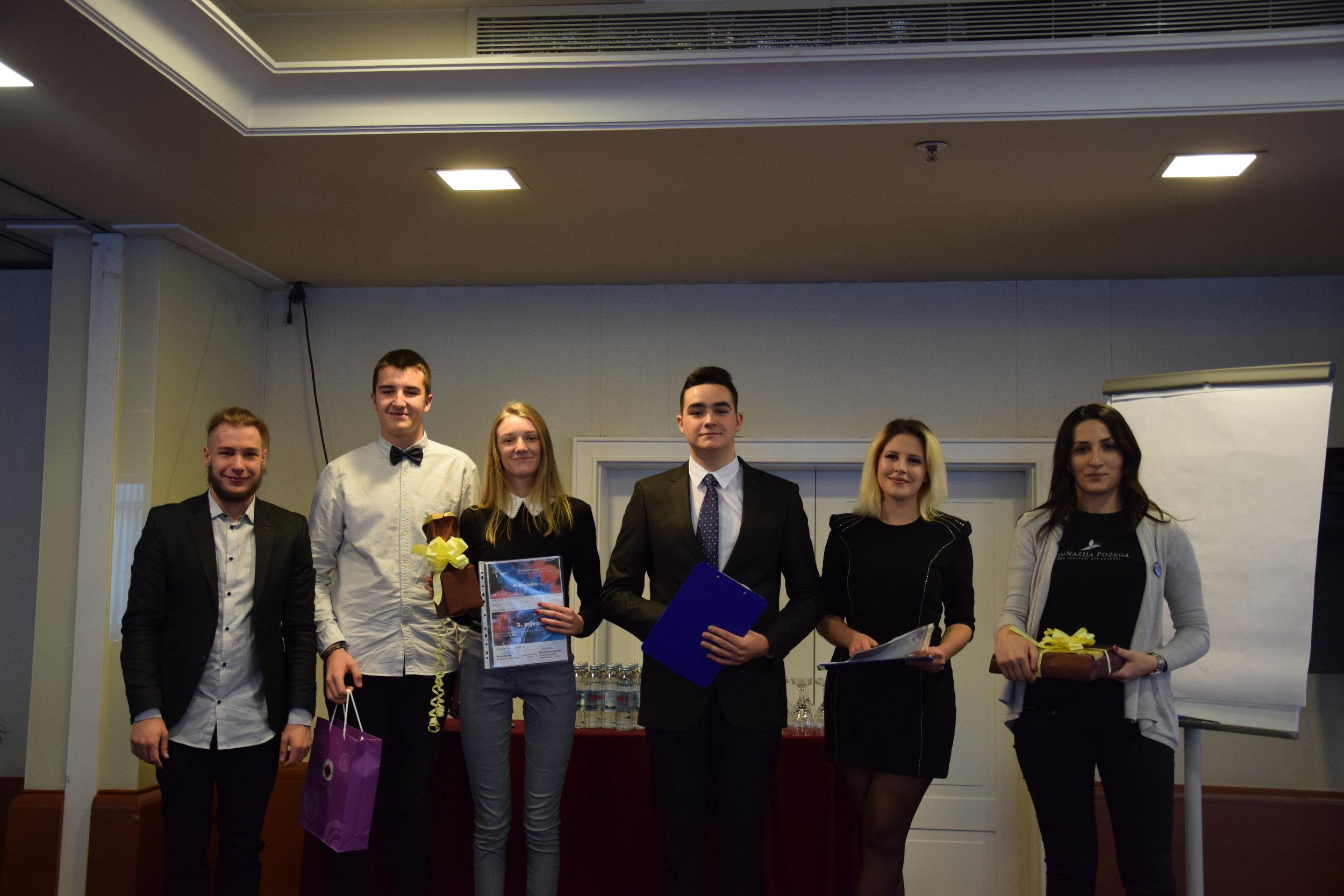 Autori i mentorica trećenagrađenog rada s voditeljem projekta i voditeljskim parom na završnici natjecanja.