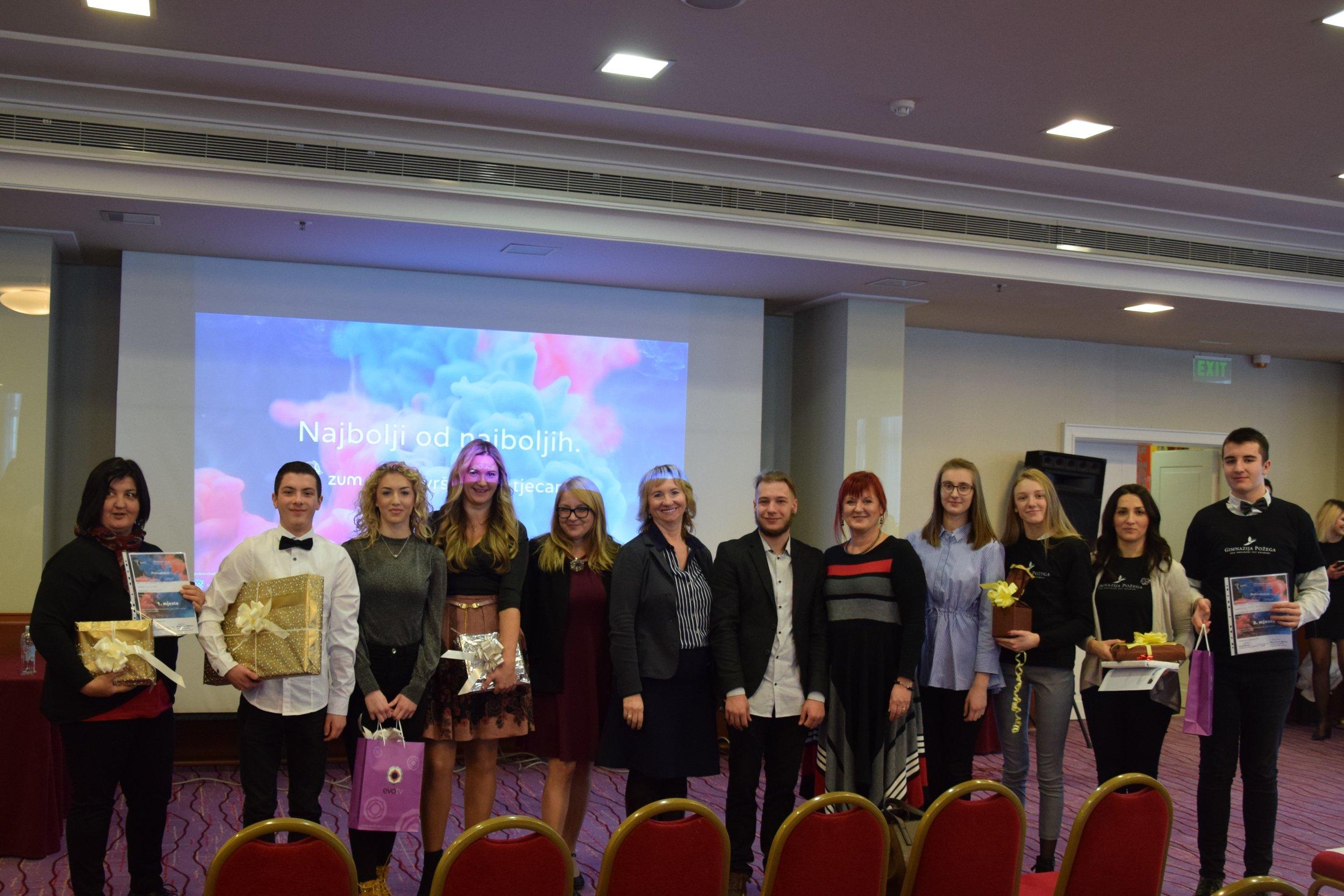 Nagrađeni radovi s mentorima voditeljem projektom organizatorom i žirijem.jpg