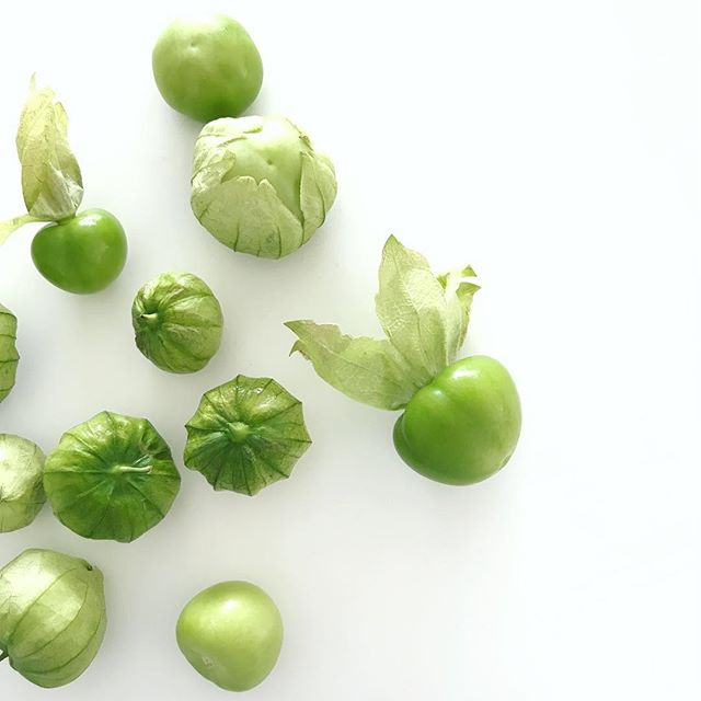Tomatillos! Make this easy green salsa recipe in 5 minutes : blend 1.5 cups of halved tomatillos, 1/4 onion, 1 small jalapeño, handful of cilantro, juice from 2 limes, 3 garlic cloves, salt and pepper. Even better the next day 💚💚💚 | #brunchpants